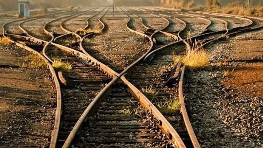 الرب يرسم خطًا مستقيمًا بأسطرٍ معوجّة